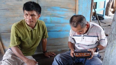 Le grand-père recherchant la radio diffusant de la cumbia